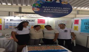 Profªs Isabel Oliveira e Eliane Abreu e monitores recepcionam visitantes no stand do DECON